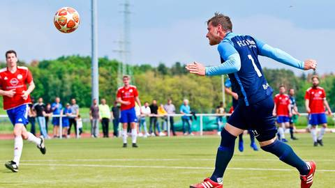 Kevin Rennert kommt gegen Ederbergland frei zum Kopfball - und zwar am Sonntag. Im Wiederholungsspiel erzielte er drei Treffer zum 6:1-Erfolg. Foto: PeB