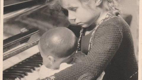 """Klar, dass die neue Babypuppe den Namen """"Hänschen"""" erhielt. Foto: E. Hase/Sammlung Christel Lentz"""