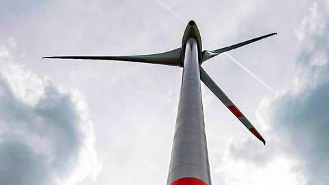 Zwei Vorrangflächen für Windkraft sind in der Gemeinde Villmar ausgewiesen, für das Gebiet bei Seelbach hat der Investor seine Pläne erst einmal zurückgestellt.  Symbolfoto: Armin Weigel/dpa