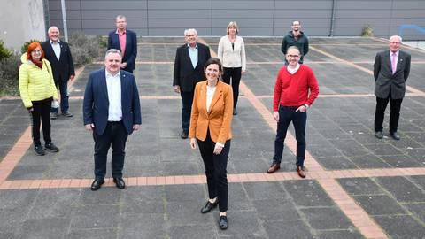 Roßdörfer Spitzenpersonal: Von links: Ursula Trebitz-Draier (SPD), Georg Dintelmann (CDU), Vorsitzender der Gemeindevertretung Steven Günther-Scharmann (SPD), Erster Beigeordneter Karlheinz Rück (parteilos/SPD-Liste), Klaus Seibert (parteilos/WiR-Liste), Bürgermeisterin Christel Sprößler (SPD), Monika Kammer (Grüne), Markus Stellfeldt (parteilos/WiR-Liste), Markus Klingenberger (Grüne), Günther Weick (SPD). Foto: Klaus Holdefehr