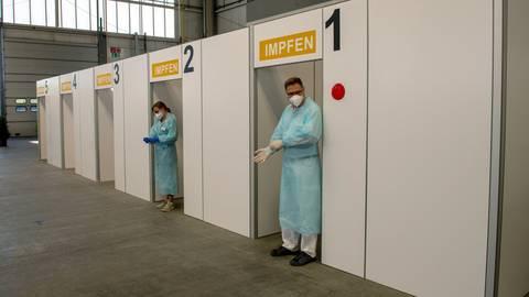 Auch Bürger mit Wohnsitz in Hessen können sich mit einer rheinland-pfälzischen Bescheinigung für Beschäftigte der kritischen Infrastruktur in hessischen Impfzentren impfen lassen.  Foto: Stefan Puchner/dpa