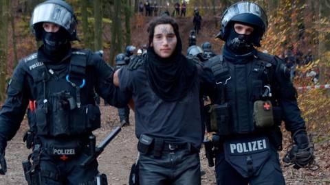 Die Polizei führt einen Aktivisten ab. Foto: Günther Krämer