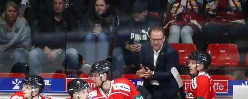 Motivator am Rande der Bande: Trainer Christof Kreutzer (2.v.r.) ist ein Erfolgsgarant für Eishockey-Zweitligist EC Bad Nauheim. Foto: Joachim Storch