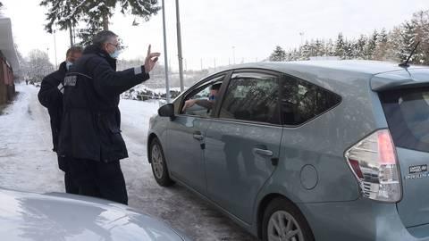 Taunussteiner Ordnungspolizisten im Gespräch mit einem Wiesbadener Autofahrer, den die Absperrung nicht interessiert hat.  Foto: Wolfgang Kühner