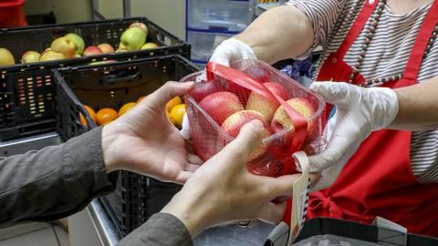 Die Wiesbadener Tafel benötigt dringend mindestens 1000 Plastiktüten, um Lebensmittel weiterhin ausgeben zu können. Foto: Harald Kaster