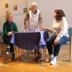 """Ingeborg Seib (v.l.), Sabine Koenig und Anette Gsimbl bei der Probe des neuesten Stücks """"Lass die Sau raus"""", bei dem es um vegetarische Ernährung geht. Foto: Theresa Breinlich"""