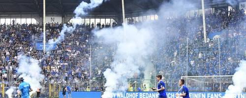 Im Relegations-Rückspiel um den Aufstieg am 27. Mai hatten Mannheimer Anhänger Rauchbomben und Böller auf das Spielfeld geworfen. Die Partie wurde deshalb abgebrochen. Archivfoto: Gerold