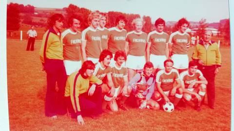 Der Kreispokalsieger von 1976: Der TV Grebenau nach dem mit 5:0 gewonnenen Finale gegen Nieder-Ofleiden in Groß-Felda.  Fotos: Merle