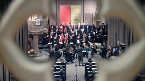 """Kantor Ralf Bibiella leitete das Konzert: Die Kantorei St. Katharinen und die Churpfälzische Hofkapelle brillierten mit Händels """"Messiah"""". Foto: hbz/Michael Bahr"""