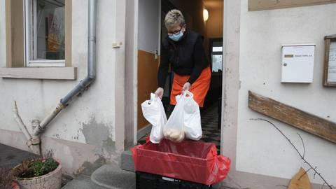 Kleinere Teams, Übergabe der Lebensmittel im Freien: Dank eines guten Hygiene- und Schutzkonzepts konnte die Alzeyer Tafel Bedürftige weiterhin versorgen. Foto: pakalski-press/Axel Schmitz