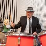 Hans-Jürgen Götz nutzt die Zwangspause, um im heimischen Keller an seinem Schlagzeug neue Musikrichtungen auszuprobieren. Foto: Thorsten Gutschalk
