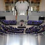Bundeskanzlerin Angela Merkel (M, CDU) gibt im Bundestag eine Regierungserklärung zur Corona-Pandemie und zum Europäischen Rat ab. Foto: dpa