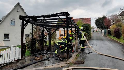 Durch die gute Zusammenarbeit der Einsatzkräfte konnte das Feuer schnell gelöscht werden. Dabei kam auch die Wärmebildkamera zum Einsatz. Foto: Feuerwehr Waldsolms