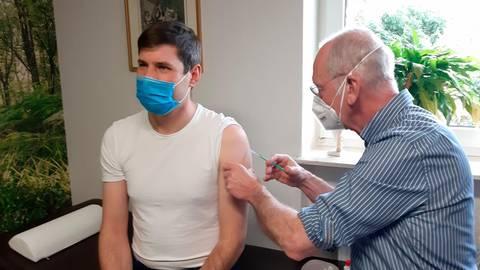 Felipe Levin erhält von Dr. Martin Noelke seine Impfung gegen das Coronavirus. Foto: Benjamin Gössl