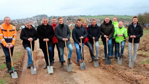 """Für das neue Baugebiet """"Auf der Schautanz"""" in Daubringen fand der Spatenstich statt, bei dem Bürgermeister Peter Gefeller (3.v. l.) und Mitglieder der ausführenden Firmen zum Spaten griffen.  Foto: Scherer"""
