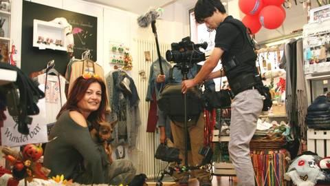 Ilka Heinzen mit ihrem neuesten Familienmitglied Luci bei den Dreharbeiten des japanischen Fernsehens in ihrem Laden. Foto: Tscherner  Foto: Tscherner