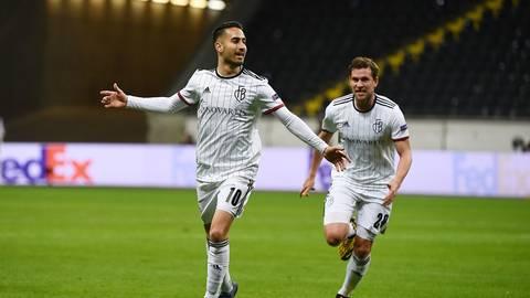 Jubelpose: Samuele Campo (links, rechts Fabian Frei) im Trikot des FC Basel, nachdem er im März 2020 das 1:0 im Europa-League-Achtelfinale bei Eintracht Frankfurt erzielt hat.    Foto: Jan Hübner