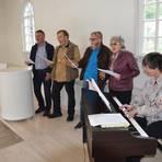 Veronika Bloemers und ein kleines, feines Ensemble umrahmten den Besuch der Synagoge mit schönen jiddischen Liedern. Foto: Buchhammer   Foto: Buchhammer