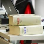 Juristische Fachliteratur liegt bei einem Prozess bereit. Foto: Lukas Görlach