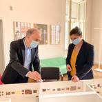 Start der Liebermann-Schau des Darmstädter Landesmuseums ist im Oktober. Direktor Martin Faass und Jessica Schmidt, als Museums-Volontärin mit der Vorbereitung betraut, blicken schon jetzt auf das bis ins Detail durchgeplante Modell der Ausstellung. Foto: HLMD