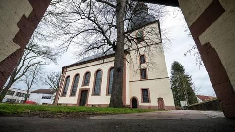 Die evangelische Kirche in Rimbach hat, angefangen beim Dach, großen Sanierungsbedarf. Foto: Sascha Lotz