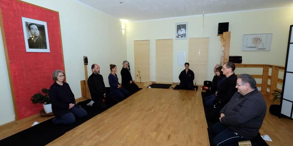 Beim modernen Zweig des Daishin Zen sitzen sich die Teilnehmer gegenüber. Foto: Martin Fromme