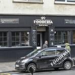 """Von außen fällt am ehesten der Name ins Auge, innen sind die Teller in der """"Fooderia"""" gut bestückt. Fotos: Guido Schiek"""