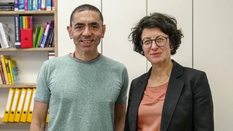 Vor und nach der Trauung im Labor: Özlem Türeci und ihr Ehemann Ugur Sahin haben sich ganz der Wissenschaft verschrieben.  Foto: hbz/Stefan Sämmer