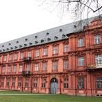 Die Fassade des Kurfürstlichen Schlosses begrüßt Besucher, die von der Theodor-Heuss-Brücke aus nach Mainz kommen.