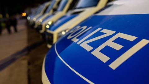 Polizeifahrzeuge an einem Einsatzort.  Symbolfoto: dpa
