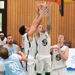 Bensheims Basketballer (unterm Korb, von links: Julian Lexa, Yann Gröhlich, Tilman Isensee) wollen trotz Pandemie hoch hinaus. Foto: Thomas Neu