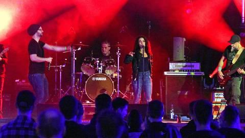 """""""Whinkin"""" aus Kaiserslautern spielten Deutschrock, Sängerin und Rapper boten engagierte Texte dar. Foto: hbz/Michael Bahr"""