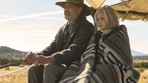"""Tom Hanks als Captain Jefferson Kyle Kidd und Helena Zengel als Johanna Leonberger in einer Szene aus """"Neues aus der Welt"""". Foto: Bruce W. Talamon/Netflix/Universal Pictures/dpa"""