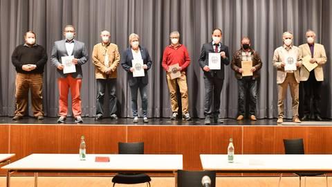 Gruppenbild, mit einer Dame zu wenig (von links): Stadtverordnetenvorsteher Heiko Handschuh (CDU), Magistratsmitglieder Olli Schröbel, Karlheinz Müller, Jutta Burghardt (alle SPD), Gerhard Brunst (Grüne), Erster Stadtrat Matthias Kreh (SPD), Horst Engelhardt und Norbert Knöll (beide CDU) sowie Klaus Scheuermann (FDP). Aus Protest fehlt Uschi Münch (BVG). Foto: Klaus Holdefehr