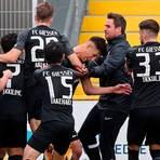 Die Erlösung: In der Nachspielzeit belohnt Marco Boras (mittig im Getümmel) die Angriffsbemühungen des FC Gießen. Foto: imago