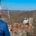 Oberhalb des Ortes Cleeberg gibt es einen schönen ersten Blick auf die Burg, zu der Jenny Berns und Konstanze Rottewald diesmal wandern. Foto: Jenny Berns