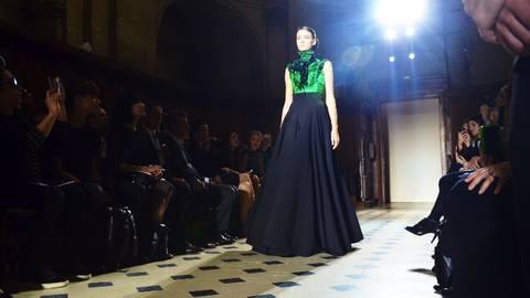Abendkleider von Julien Fournié mit Farbtupfer. Foto: Anja Kossiwakis
