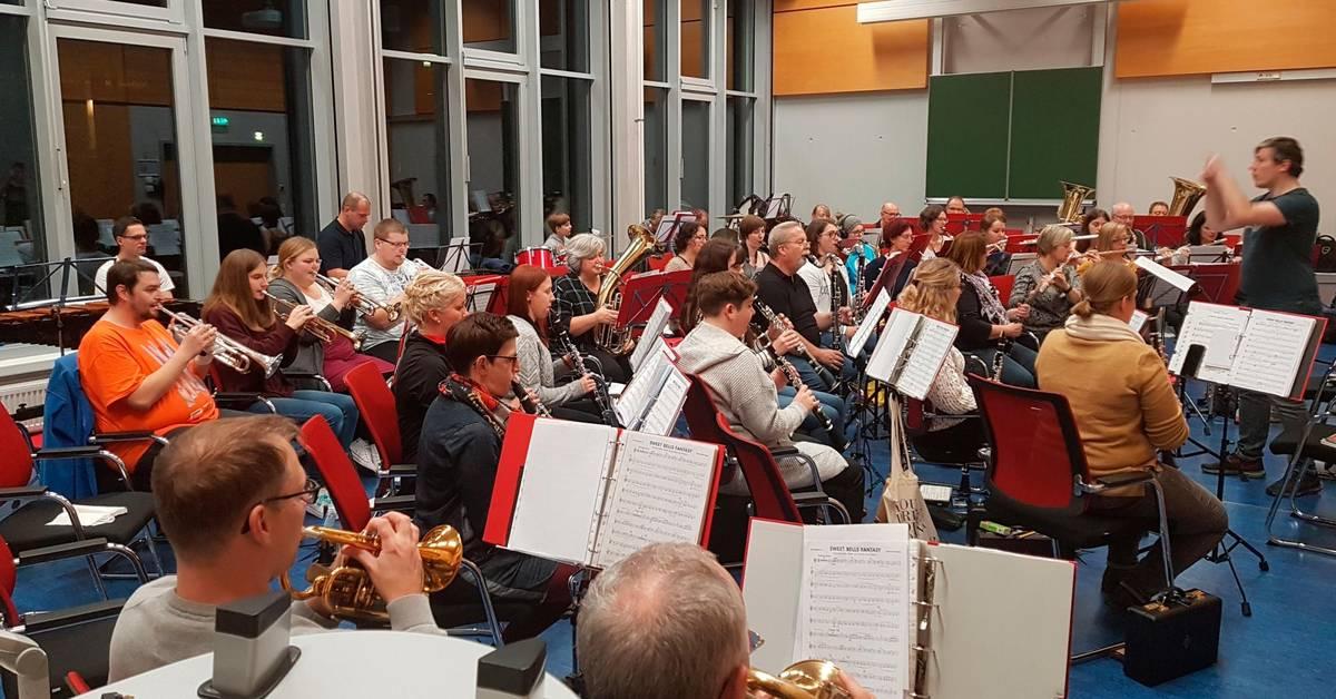 Blasorchester Reiskirchen probt für Weihnachtskonzert - Mittelhessen