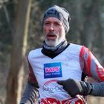 Michael Schneider vom Team Naunheim freut sich beim virtuellen 10-Meilen-Lauf des ASC Licher Wald über den Sieg in der Altersklasse M 60. Foto: Helmut Serowy