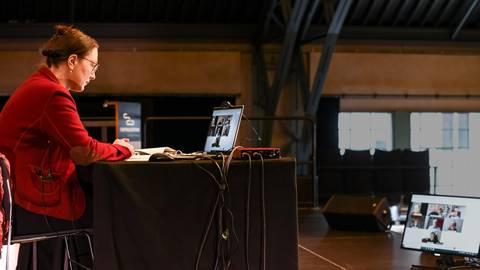 Literarische Schaltzentrale: Beate Tröger moderiert von Darmstadt aus die Video-Debatte der Jury. Foto: Dirk Zengel