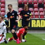 Wie im Hinrundenspiel sorgte RB-Stürmer Timo Werner (Mitte) mit drei Treffern für Mainzer Frust. Foto: dpa