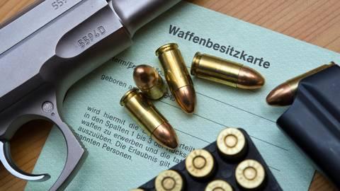 Die Zahl der den Behörden bekannten Rechtsextremisten mit Waffenerlaubnis ist im Jahr 2020 deutlich angestiegen. Damit sind zumindest die legalen Waffen bekannt. Foto: Patrick Pleul/dpa-Zentralbild/dpa