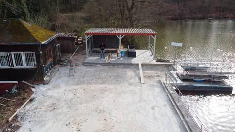 Auf dem Damm: Links sieht man den Kiosk, geradeaus die Bühne, rechts den Schwimmbadsee mit Sprunganlage. Foto: J. Siebert