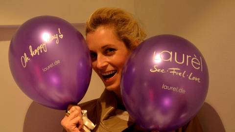 Tina Bordihn strahlt mit den Laurel-Ballons um die Wette. Foto: Anja Kossiwakis