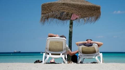 Die Sehnsucht nach Sonne und Strand ist bei vielen groß. Doch in diesem Jahr droht das ein oder andere Hindernis. Archivfoto: dpa
