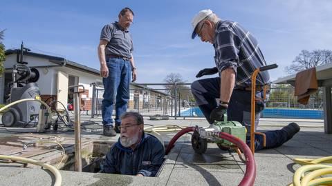 Walter Spies (Mitte) reinigt mit Gerd Ziegler (rechts) und Jürgen Scharfetter in Crumstadt das Schwallbecken. Foto: Vf/Robert Heiler