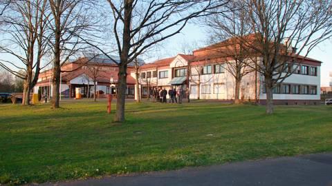 Der Bereich rund um das Fernwalder Rathaus in der Oppenröder Straße soll neu gestaltet werden. Foto: Graf