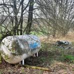 Für diesen ausrangierten Gastank plus Müllhaufen bei Heimertshausen ermittelt die Stadt Kirtorf derzeit den Verursacher. Foto: Gerhard Kaminski