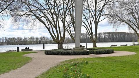 62 Jahre alt ist das Fliegerdenkmal in den Rheinanlagen in Geisenheim. Foto: DigiAtel/Heibel