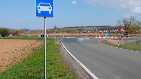 Hier ist noch ein Nadelöhr: Die B 49 verläuft im Bereich der Abfahrt Oberbiel bislang nur zweispurig. Foto: Verena Napiontek